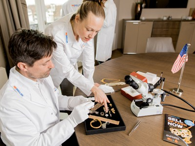 reDollar experts appraising 9K gold jewelry